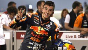 fernandez scappa e vince Fernandez scappa e vince Fern  ndez beats Suzuki over the flag in the Moto3 freestyle 300x170